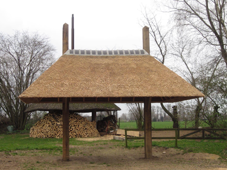 kleine 2 roedige hooiberg in gebruik als openhaardhout opslag